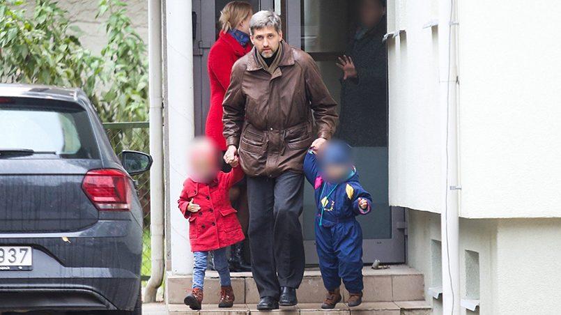 Гинтарас Кручинскис забирает детей / Фото: Delfi