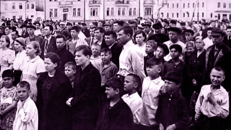 Люди слушают по радио сообщение Молотова о начале войны