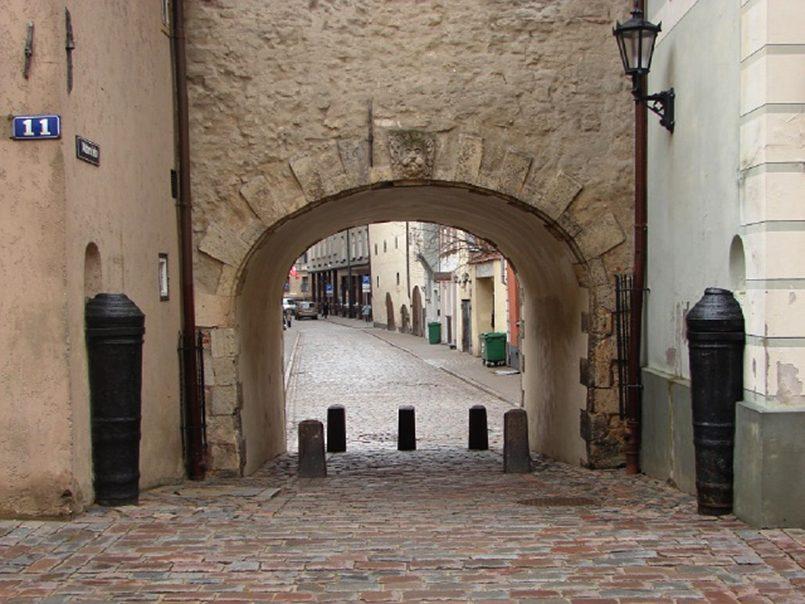 Шведские ворота в Риге со стороны улицы Торня