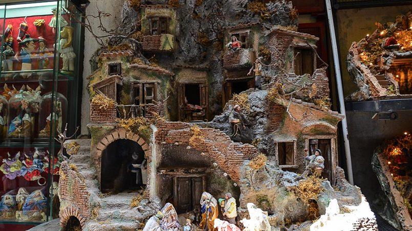 Вертепы на улице Сан-Грегорио-Армено в Неаполе / Фото: putevye-istorii.ru