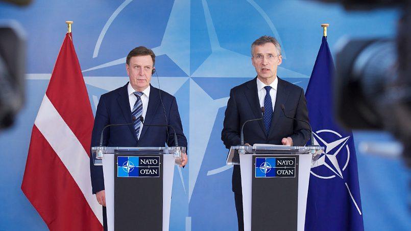 Марис Кучинскис (слева): «В нашей стране единый флаг и единый порядок». Фото: labdien.lv