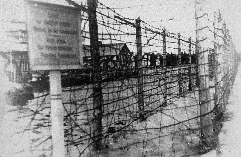 Проволочные заграждения перед территорией Саласпилсского концлагеря