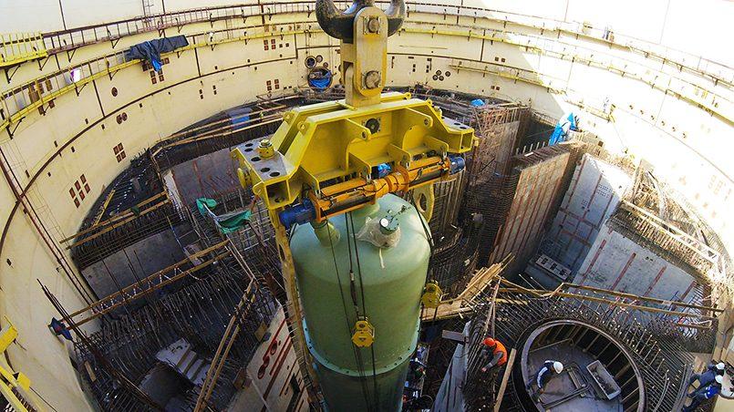 Установка корпуса реактора ВВЭР-1200 на Ленинградской АЭС. Фото: atomic-energy.ru