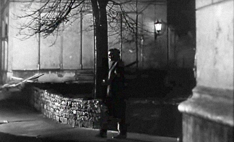 Штирлиц вечером приходит на встречу с Борманом, двигаясь от рижской Малой гильдии