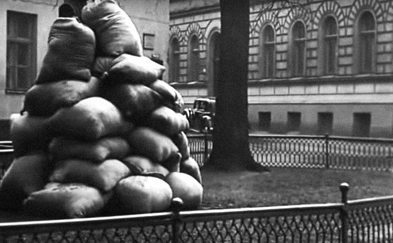 Рига. Площадь Гердера. Отчетливо виден бюст писателя и отъезжающий автомобиль со Штирлицем и радисткой Кэт