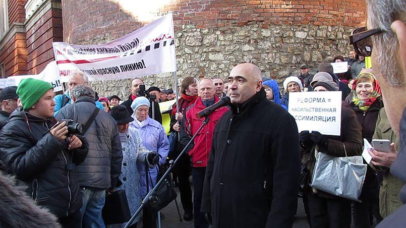 Илья Козырев на митинге против перевода школ на латышский язык обучения / Фото: YouTube