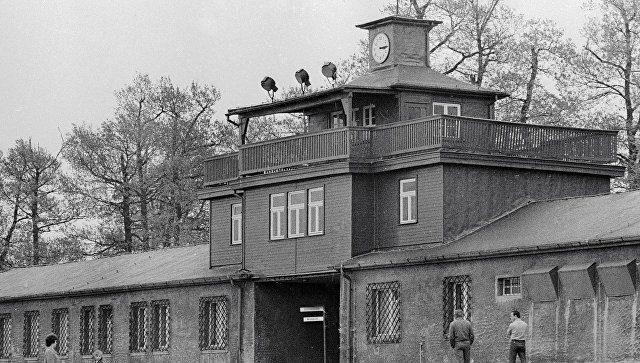 Главный вход на территорию бывшего концлагеря Бухенвальд / Источник: ria.ru