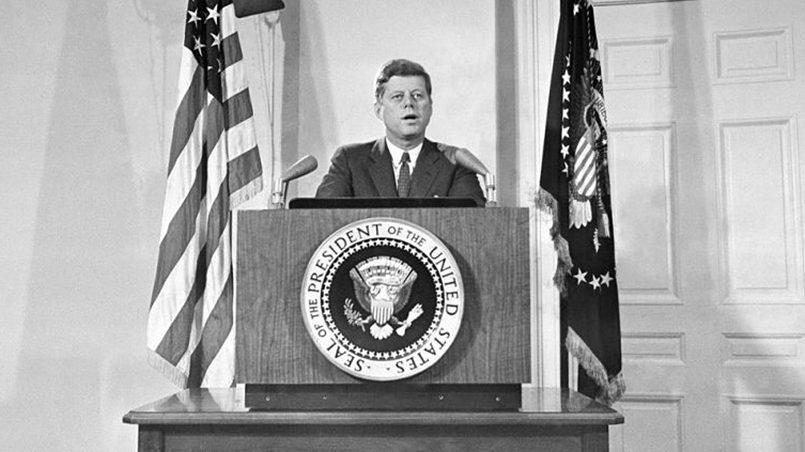 Джон Кеннеди сообщает американскому народу о выводе советских ракетных баз с территории Кубы, 1962 год / Фото: back-in-ussr.com