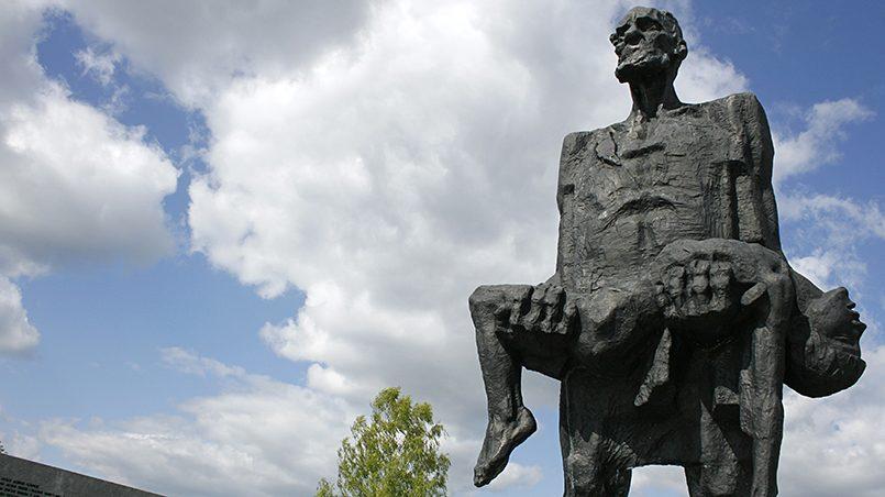 Скульптура «Непокоренный человек», находится на месте белорусской деревни Хатынь, которая была уничтожена 22 марта 1943 года карательным отрядом в качестве мести за убийство нескольких немецких военнослужащих / Фото: wikimedia.org