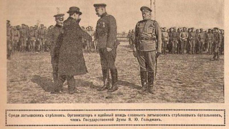 Янис Голдманис беседует с латышскими стрелками
