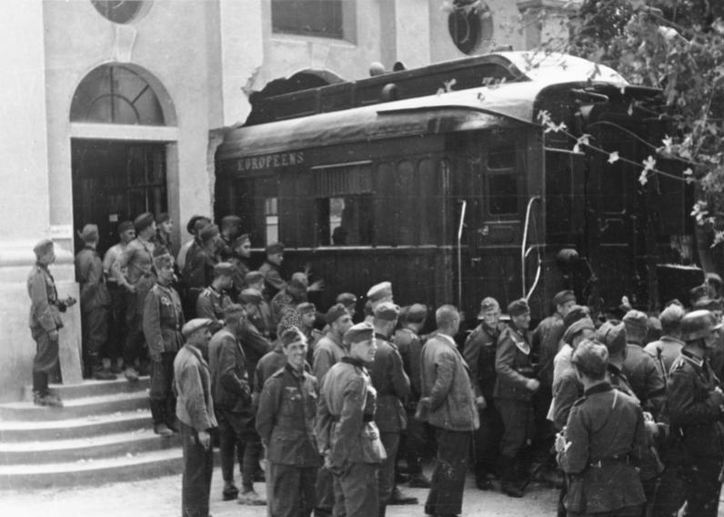Компьенский вагон вывозят из музея, 1940 год / Фото: wikimedia.org