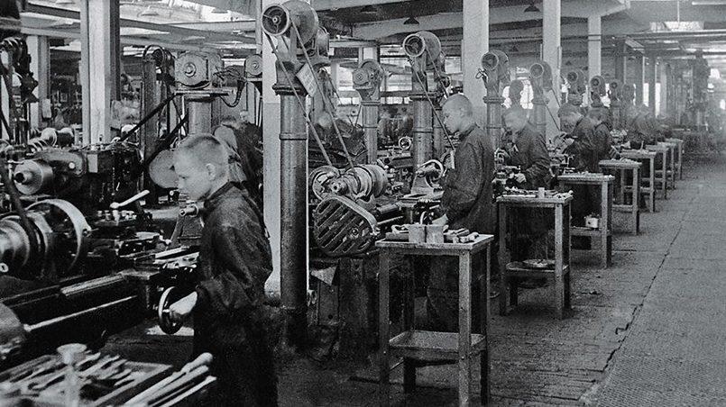 Подростки на заводе / Фото: yandex.net