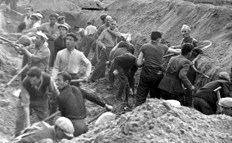 В центре — исполняющий обязанности премьер-министра Юозас Амбразявичюс. 1941 год / Фото: Lietuvos žinios