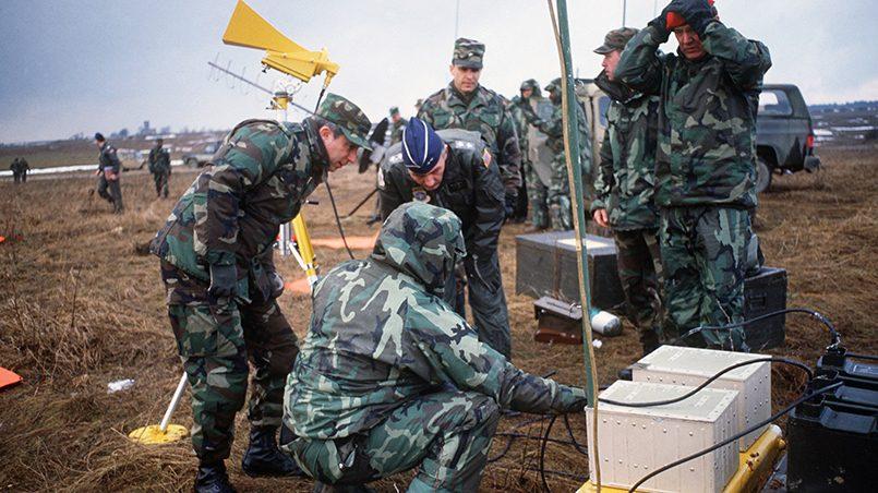 Военно-воздушные силы США инструктируют генерального офицера во время Reforger '86
