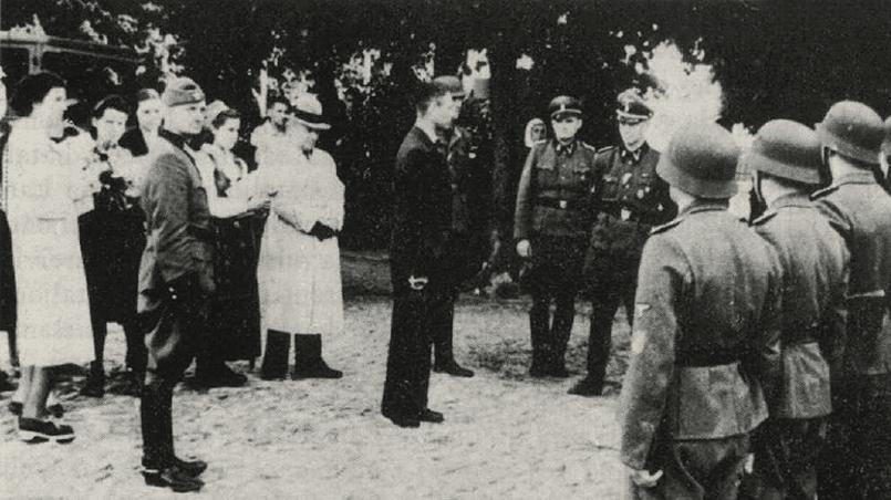 Фото: вручение наград бойцам 18-го батальона шуцманшафта, 9 июня 1943 года.