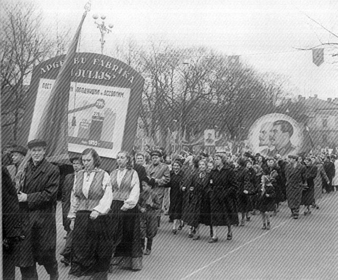 1 мая 1955 года - демонстрация трудящихся. Фотография из книги Я.Урбановича «Черновики будущего» / Источник: