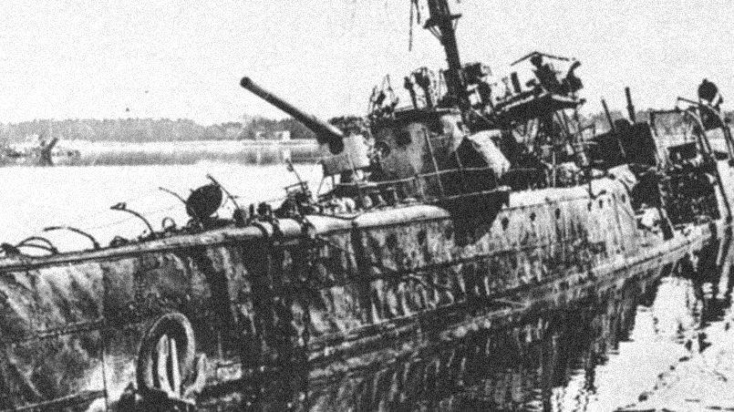 Взорванный эсминец «Ленин»