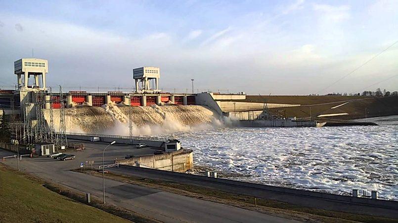 Сброс воды — Плявиньская ГЭС, Латвия / Фото: YouTube