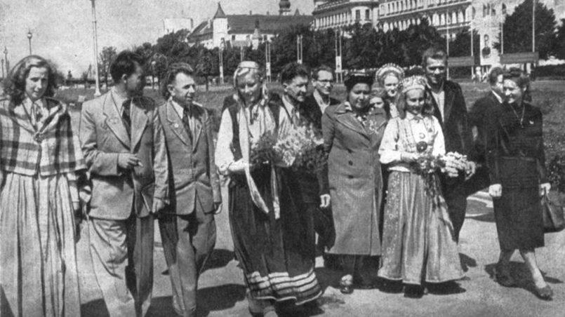 Стахановцы и гости Риги гуляют по Комсомольской набережной в 1950 году / Фото: la.lv