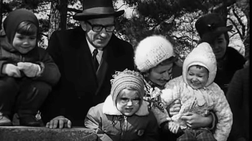 Профессор Плейшнер и посетители зоопарка наблюдают за игрой медвежат. Рига, апрель 1972 года