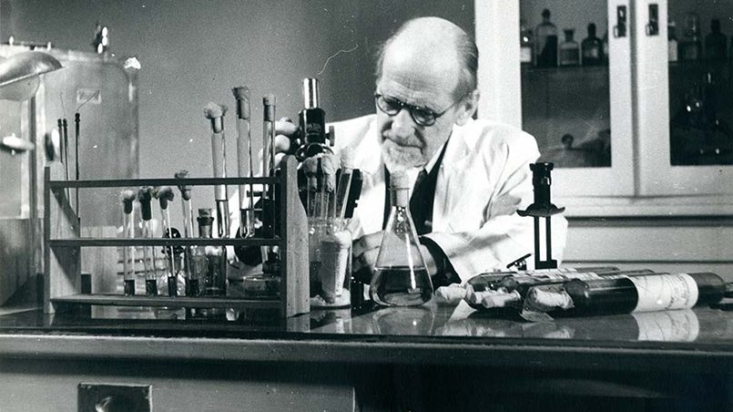 Август Кирхенштейн в лаборатории за работой / Фото: ieverojamiemediki.lv