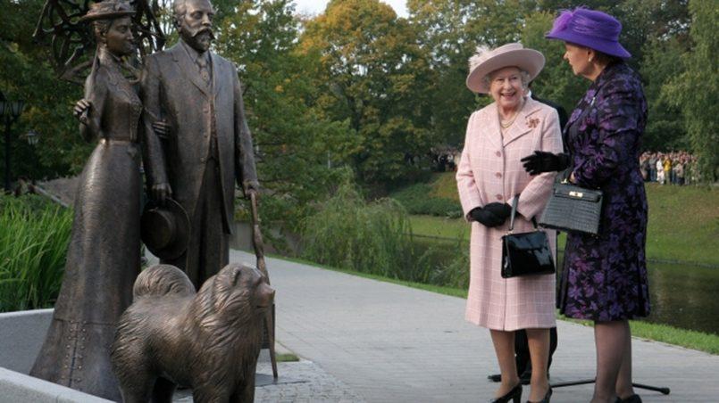 Королева Великобритании Елизавета II у памятника мэру Риги Георгию Армитстеду и его жене в парке перед Латвийской национальной оперой / Фото: freecity.lv