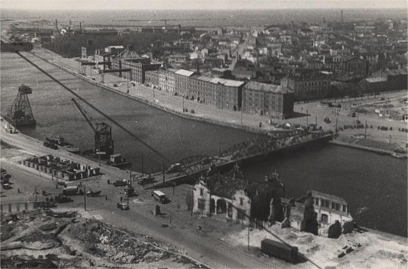 Причиненные войной разрушения на набережной Лиепайского канала. 1945 год. Фото: liepaja-sez.lv