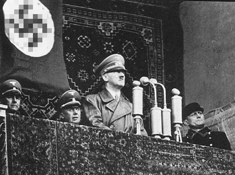 Адольф Гитлер выступает с торжественной речью с балкона Клайпедского драматического театра. 23 марта 1939 года.