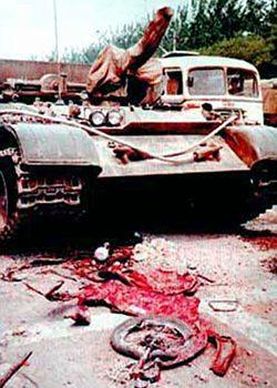 Фото 1: Наезд танка на велосипедиста на площади Тяньаньмэнь, 1989 год / Источник: visualhistory.livejournal.com