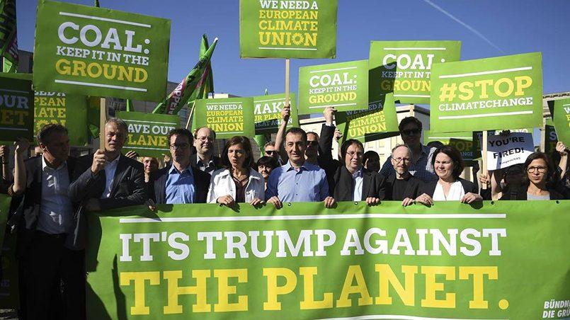 Акция протеста партии «Союз-90 / Зеленые» в Берлине против выхода США из Парижского соглашения по климату / Фото: DPA/TASS