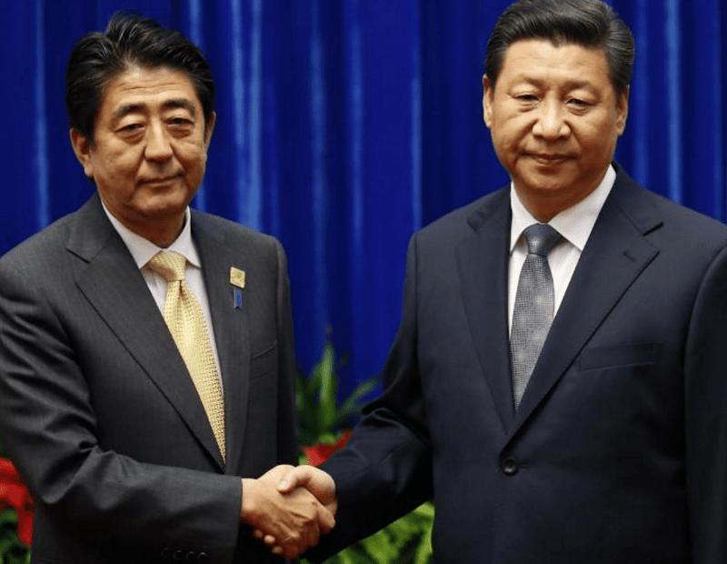 Многозначительное рукопожатие японского и китайского лидеров.