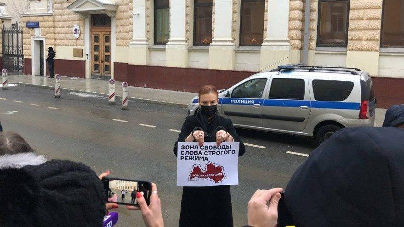 В Москве у здания посольства Латвии прошел пикет в поддержку российских СМИ