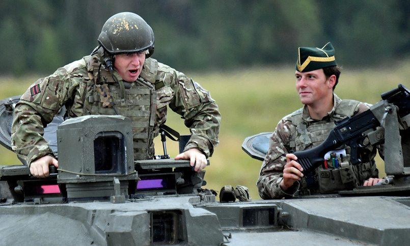 Лаврову танк ненужен: посольствоРФ высмеяло фото Джонсона наэстонской БМП