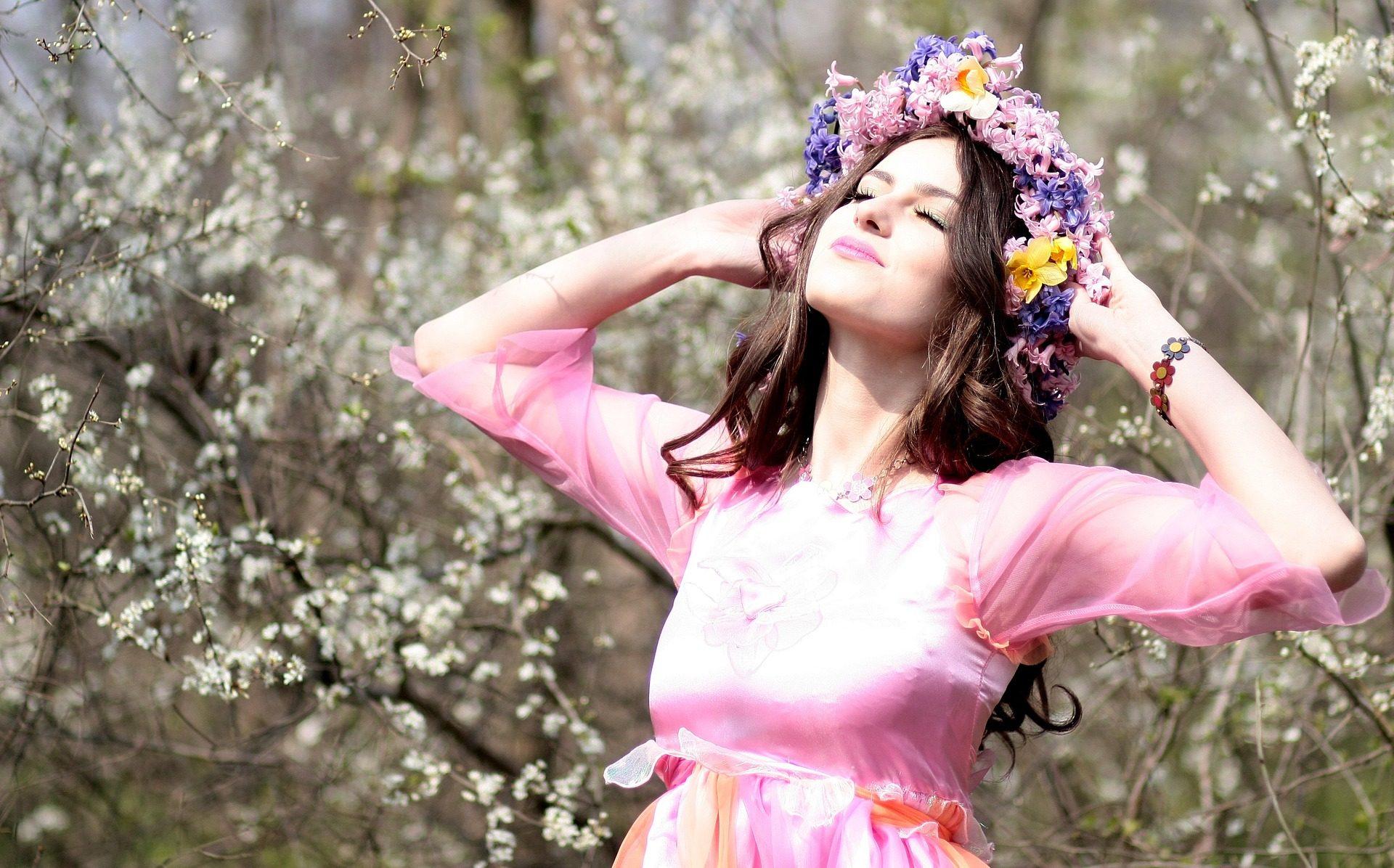 Картинка девушка радуется весне