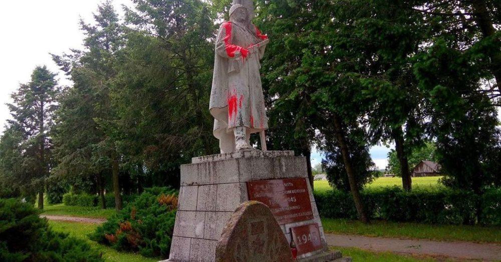 В Литве под плач о депортациях осквернили памятник советскому солдату