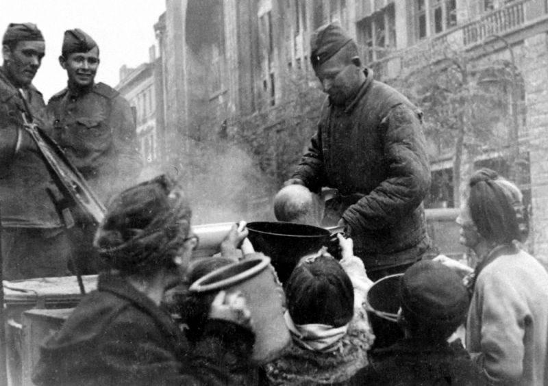 «Советский солдат не злопамятный. Немецким детям регулярно выдается молоко»: