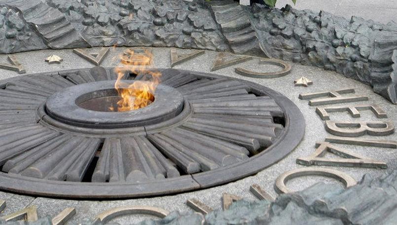 В милиции рассказали, что угрожает вандалам, залившим цементом «Вечный огонь» вКиеве