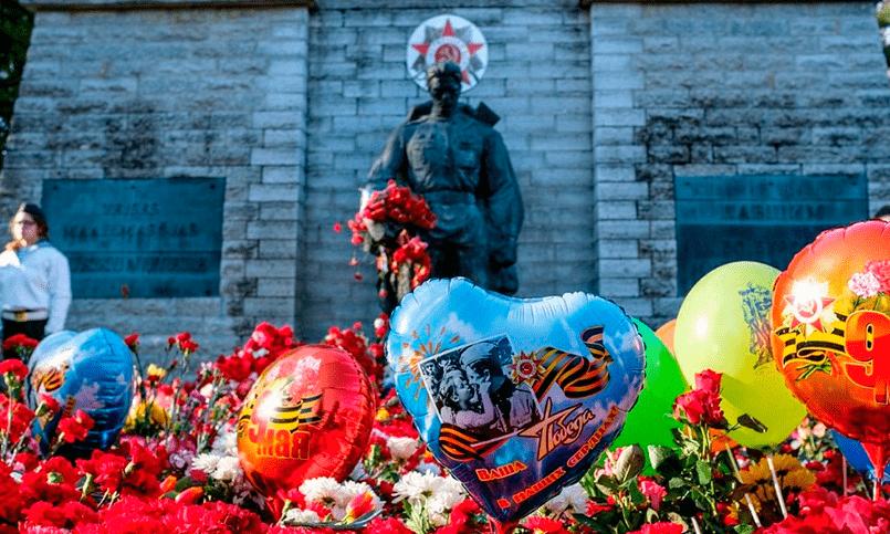 Возложение цветов у «Бронзового солдата» 9 мая 2017 года