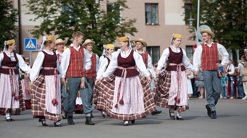 Издавна основной формой фольклора, языком народного самовыражения у литовцев был танец