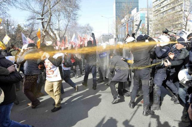 Полиция использует слезоточивый глаз во время протестов вызванных увеличением роли религии в школьном образовании