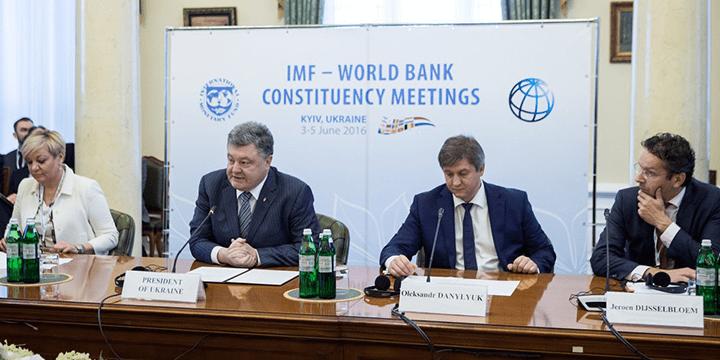 Президент Петр Порошенко и министр финансов Александр Данилюк (посередине)