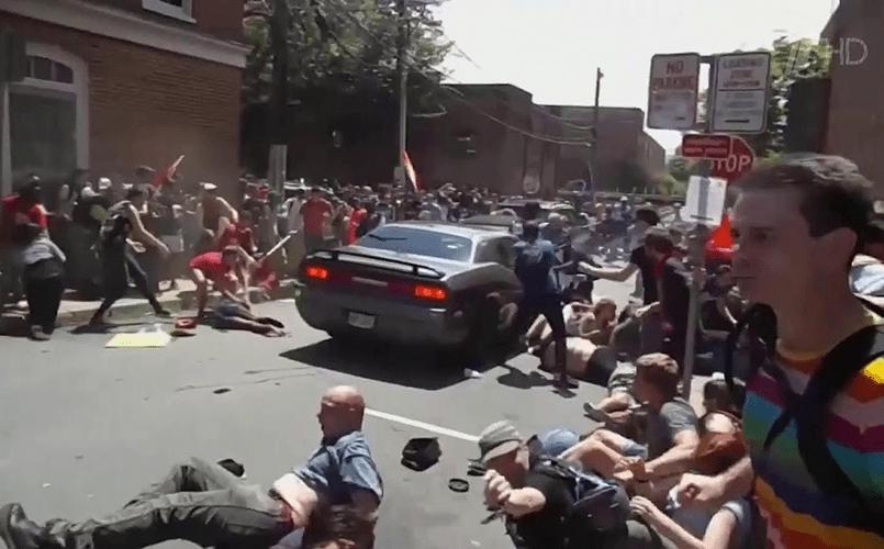 В результате наезда автомобиля на толпу в Шарлотсвилле погиб человек