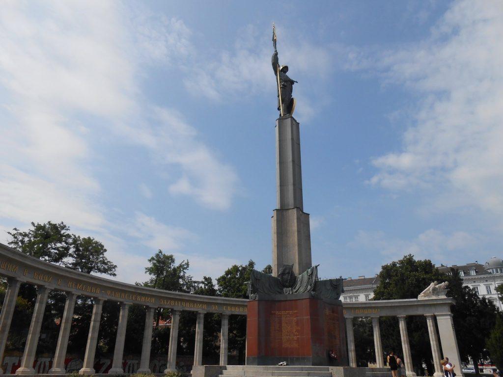 Памятник героям Советской армии на площади Шварценбергплац в Австрии