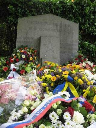 Памятник советским воинам в Брюсселе с цветами от России и Украины