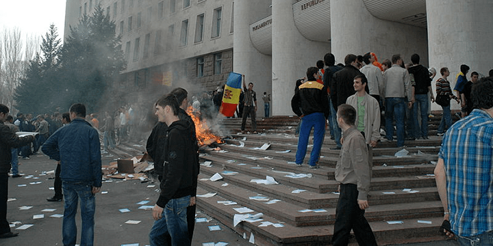 Митингующие перед зданием парламента Молдавии, 2009 г.