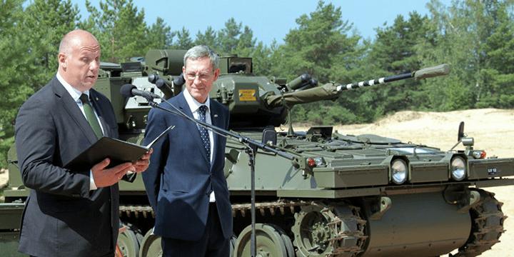Осмотр приобретённой у Великобритании бронетехники. Министр обороны Раймонд Бергманис (слева)