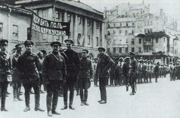 Красноармейцы на Театральной площади г. Москвы