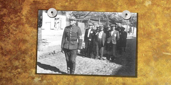 Боец «литовской самообороны» конвоирует группу арестованных евреев. Лето 1941 г.