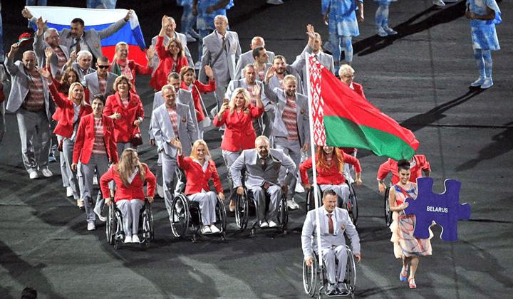 Белорусские паралимпийцы развернули российский флаг в Рио-де-Жанейро после того, как российских спортсменов с ограниченными возможностями не пустили на Паралимпиаду