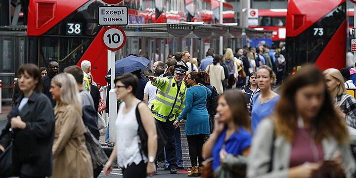 Толпа людей в оживленном районе, где много рабочих мигрантов из Европы
